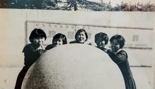 油屋熊八石碑前で記念撮影